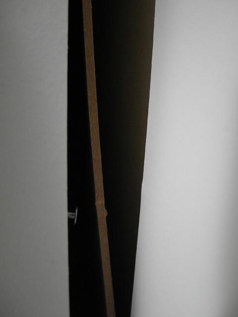 因為在DOMBÅS衣櫃裡頭亂塞一堆書又往後歪來倒去的靠著,就把背板給靠倒了XD