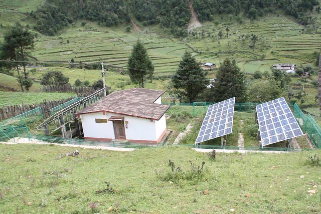 德國政府援助的太陽能光電系統,供應全村用電。攝影:詹嘉紋。