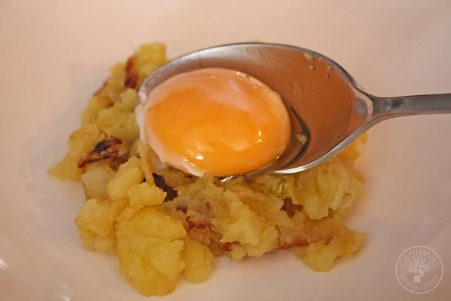 Yema confitada con ajo negro y patatas rotas www.cocinandoentreolivos.com (12)