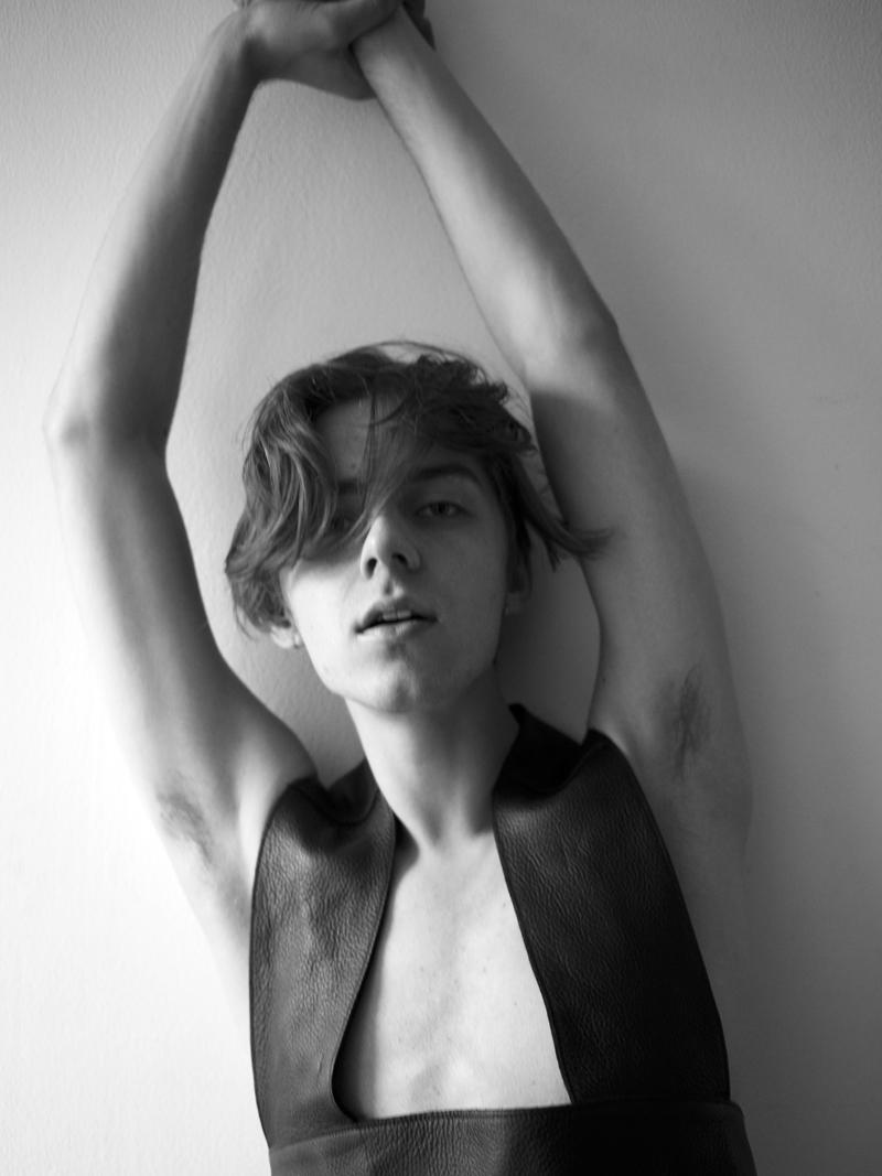mikkoputtonen_by_maudMaillard_london_mikkoputtonenxgtie_leather_harness13