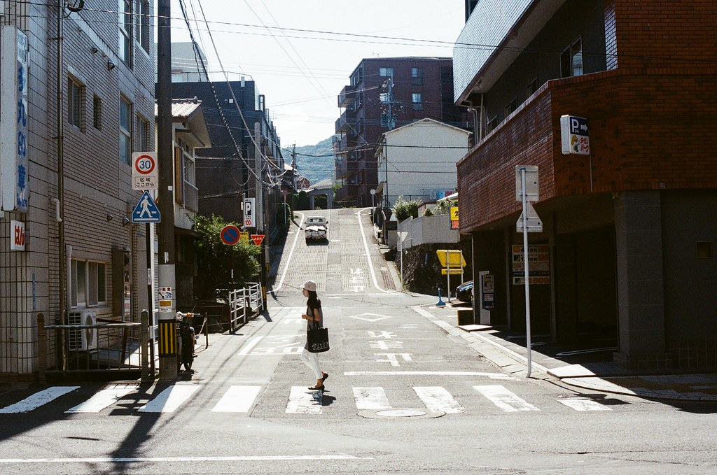 平和町 長崎 Nagasaki 2015/09/08 故意等一個人經過  Nikon FM2 / 50mm Kodak UltraMax ISO400 Photo by Toomore