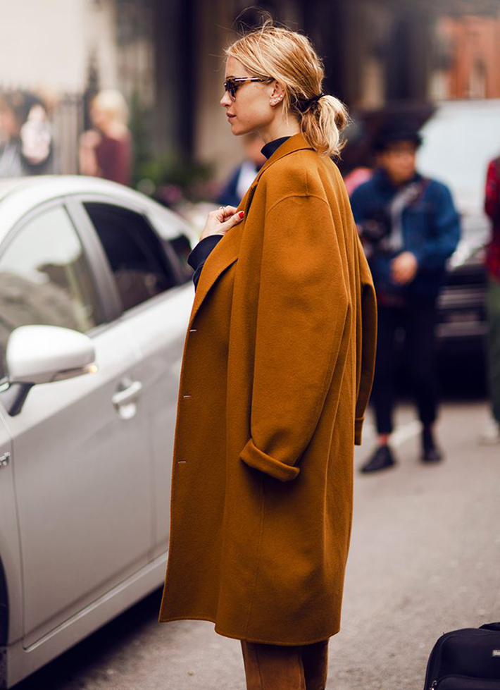 Coats Scarfs And Sweater Winter outfits inspiration streetstyle17