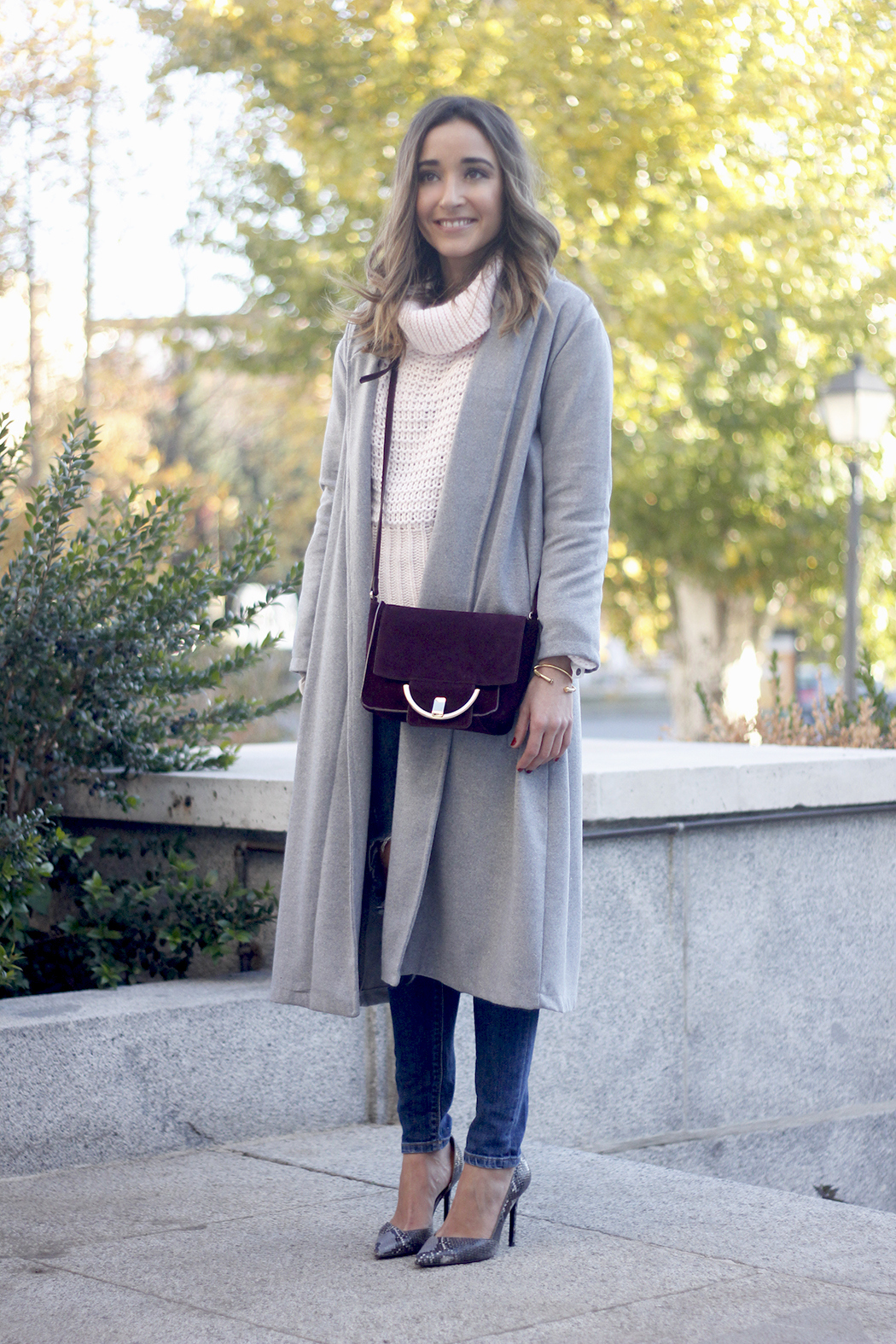 Grey coat with pink sweater jeans burgundy purse uterqüe outfit streetstyle05