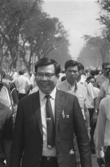 Saigon 05 Nov 1968 - Senator Nguyen Gia Hien. Thượng nghị sĩ Nguyễn Gia Hiến tham gia cuộc tuần hành trên ĐL Thống Nhứt