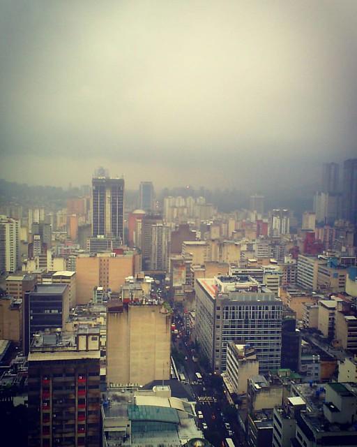 La ciudad como la ve la lluvia mientras cae.