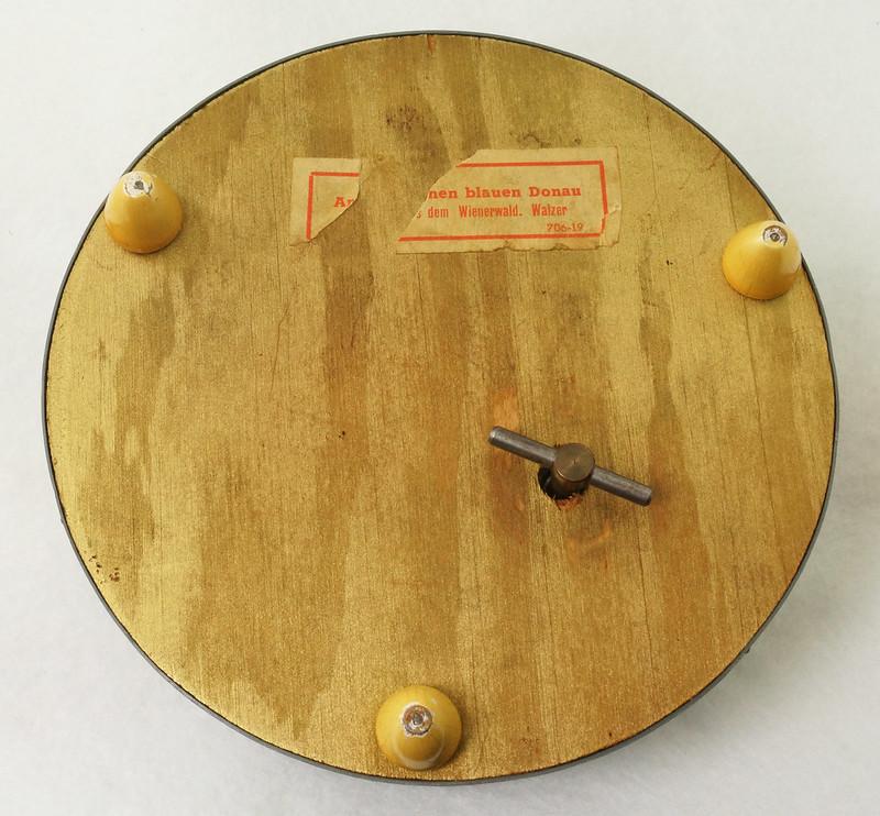 RD15027 Vintage Wind Up Music Powder Trinket Box Dutch Boy Round Aluminum DSC06802