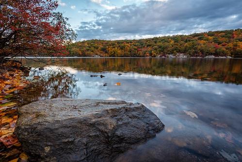 autumn lake newyork fall sunrise hudsonvalley canopuslake putnamcounty fahnestockstatepark