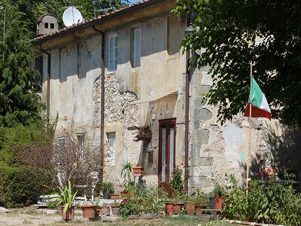à l'entrée de la villa torrigiani