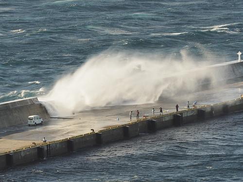桟橋に大波2