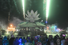 resort(0.0), festival(1.0), fireworks(1.0), event(1.0), new year(1.0), crowd(1.0), new year's eve(1.0), night(1.0),