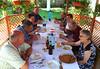 Mittagessen in der Laube. Zahlreiche Gäste aus Deutschland sind mit PKWs gekommen.