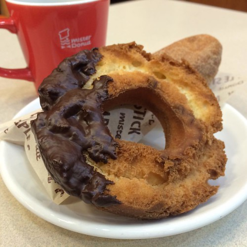 チョコファッションとメープルスティックシナモンと珈琲 #donuts #coffee #☕️ #🍩 @ ミスタードーナツ