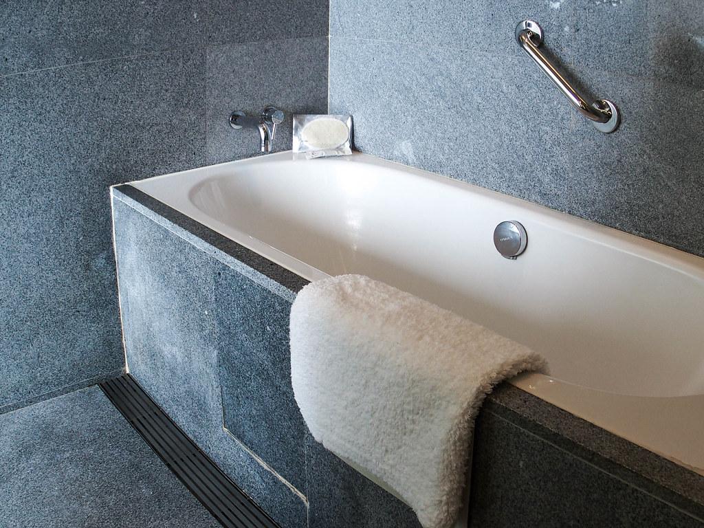 oasia novena bathroom