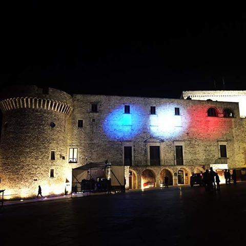 Conversano- solidarizza con Parigi- bandiera sul castello