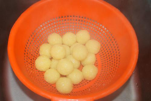18 - Knödel abtropfen lassen / Drain dumplings