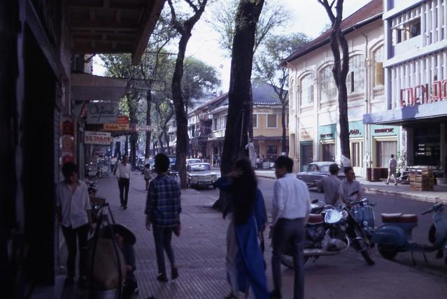 Saigon 1966-67 - Tu Do St - Photo by Capt. Ted R. Snediker - Phía trước là ngã ba Tự Do-Hồ Huấn Nghiệp