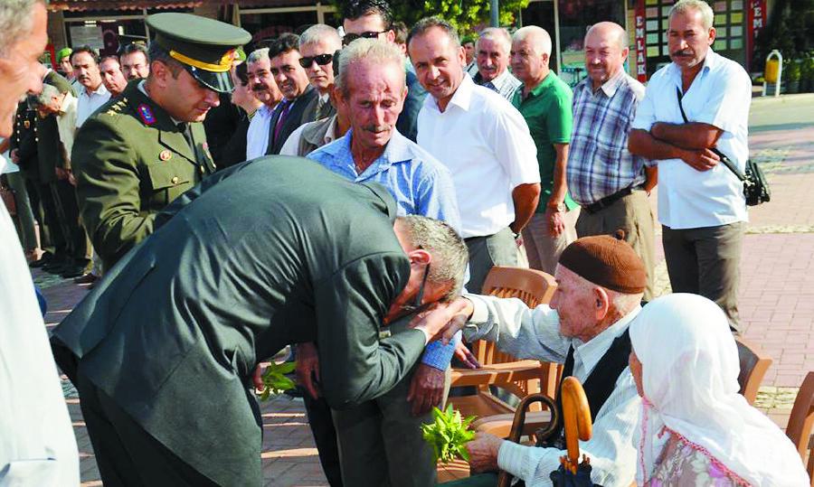 Kaymakam Ekinci ve protokol Gazilerin elini öptü.
