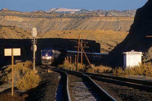 utah ut lowlight shadows amtrak maxwell locomotive cz ge no6 passengertrain californiazephyr p42dc trainno6 upgreenriversubdivision westmaxwell