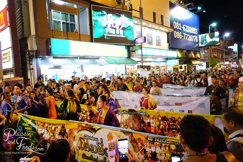 chiang mai loy krathong celebration day 1 parades with crowd