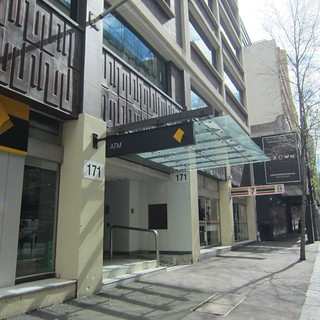 171 Clarence Streetのビルへ!入り口はコモンウェルス銀行の横!