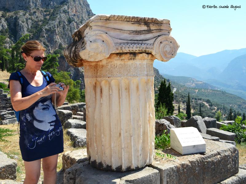 Tamaño de una de las columnas que aún se exhiben dentro del recinto arqueológico de Delfos