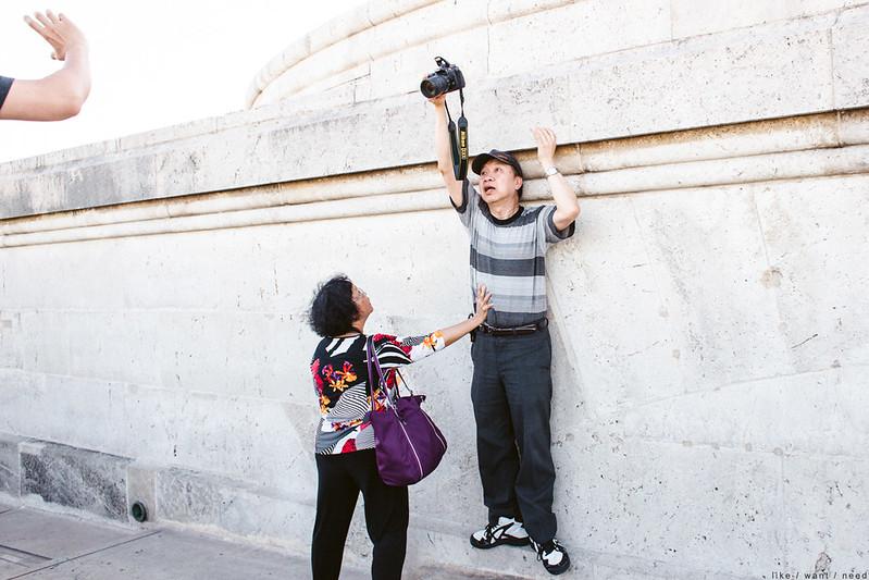 Helping hand, Arc de Triomphe