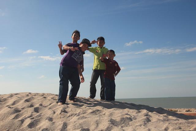 gambar adik beradik dipuncak bukit pasir dune