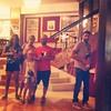 Ritratto di famiglia sfuocata al Teatro Ariston con passante casualmente a fuoco