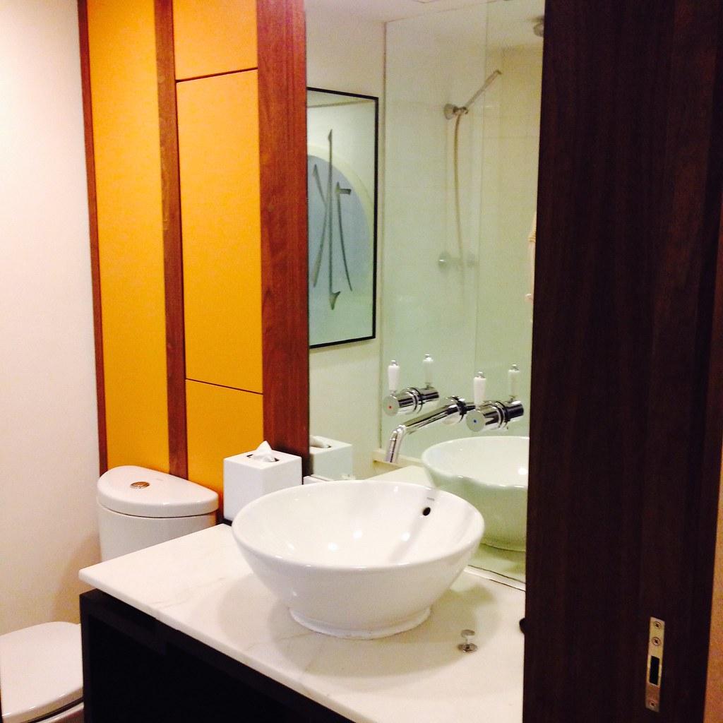 Orchard Hotel bathroom
