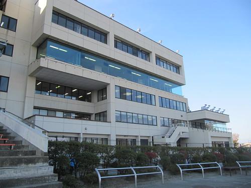 金沢競馬場のスタンドの脇にある馬主席と事務所棟