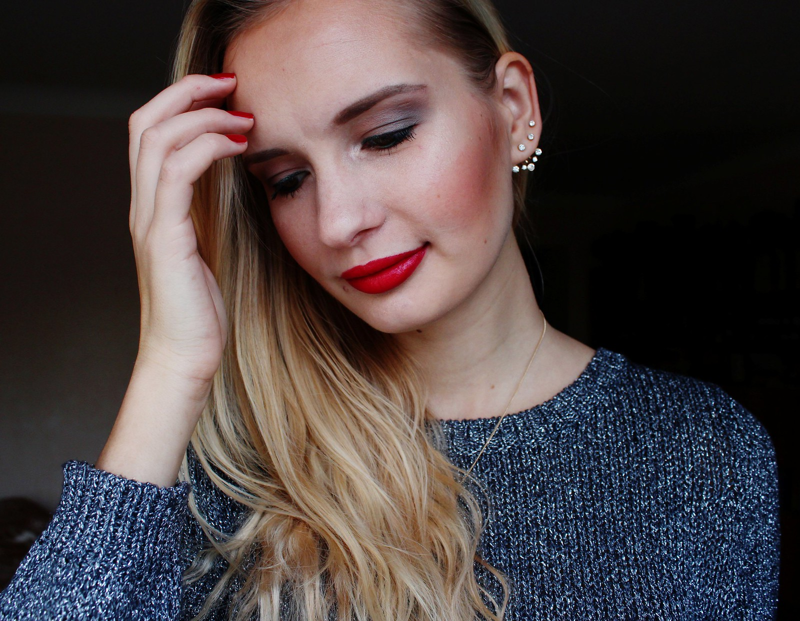 Green eye liner and red lips