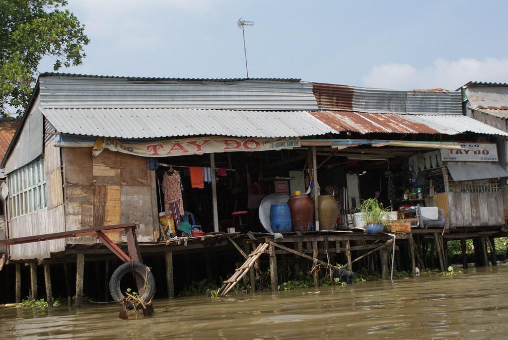 Habitat sur pilotis du peuple du delta du Mékong au Vietnam.