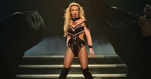 Britney Spears arranca gritos e tira o fôlego dos fãs em performances durante participação no Apple Festival Music