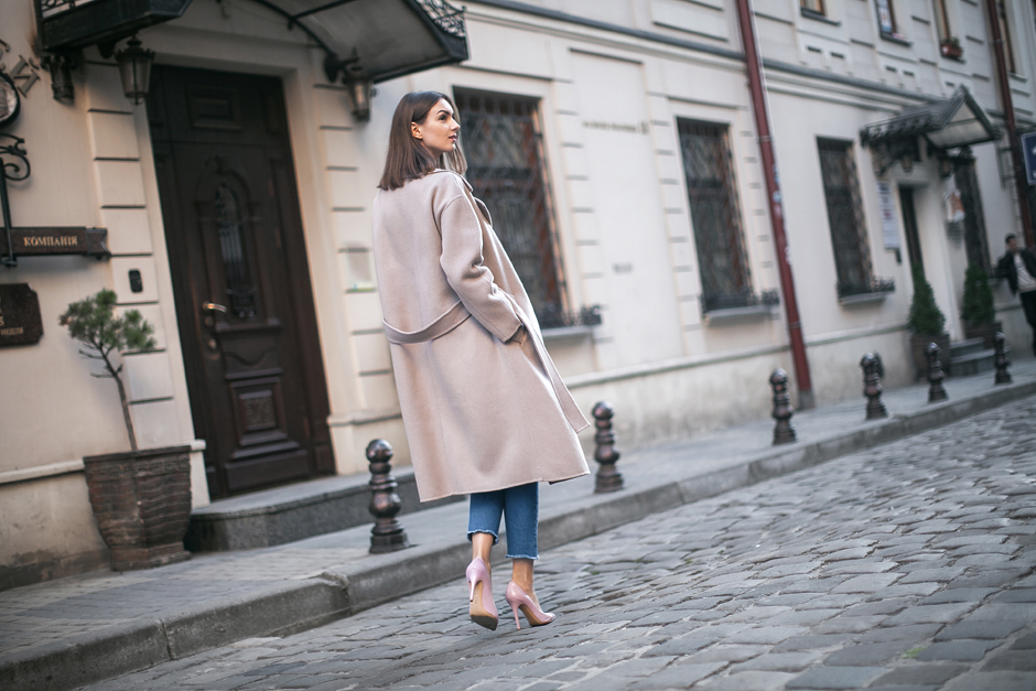 taupe-outerwear-oversized-look