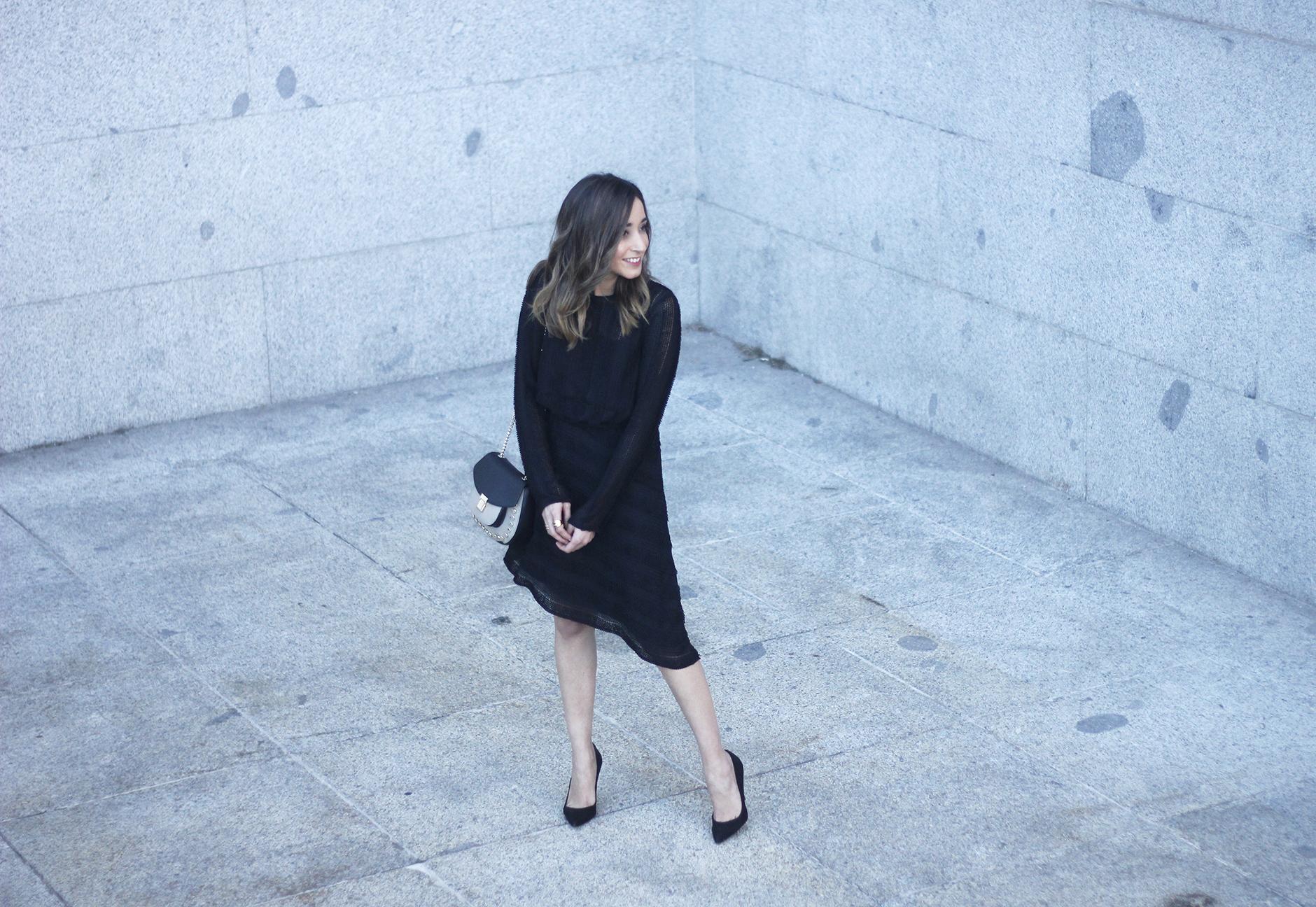 asymmetrical black dress uterqüe bag outfit streetstyle01