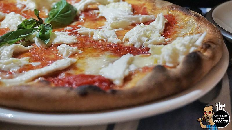 Pizza margherita (Salsa de Tomate, Mozzarella de Bùfala y Albahaca fresca)