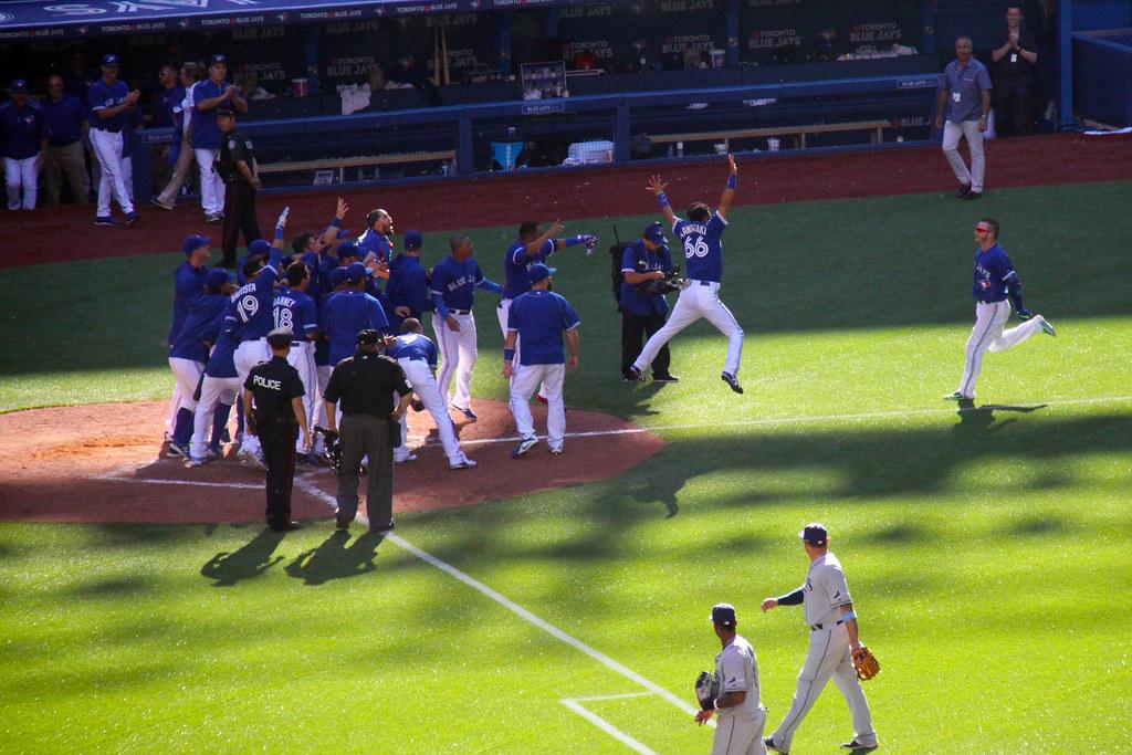 Munenori Kawasaki cheering for Josh Donaldson Walk-Off Home Run (Jays vs Rays 27/9/2015)