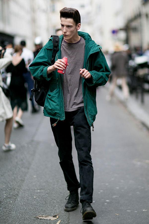 緑マウンテンパーカー×グレーボーダーTシャツ×ブラックジーンズ×黒レースアップブーツ