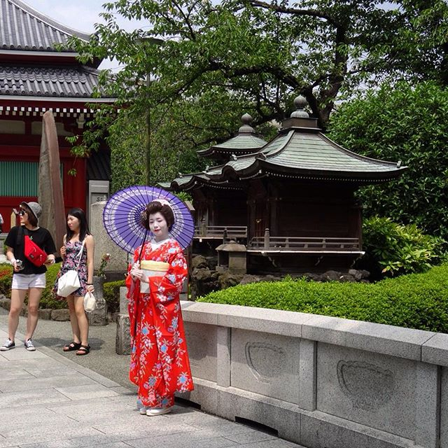 #Beautiful #Geisha at #asakusatemple in #Tokyo, #Japan ================================= #travel #life #RoadTrip #2015 #anitam.com #Tokyo #holiday #vacation #onTour #Asia #Japan #sightseeing #history #temple #Buddhism #girl #costume #japanese