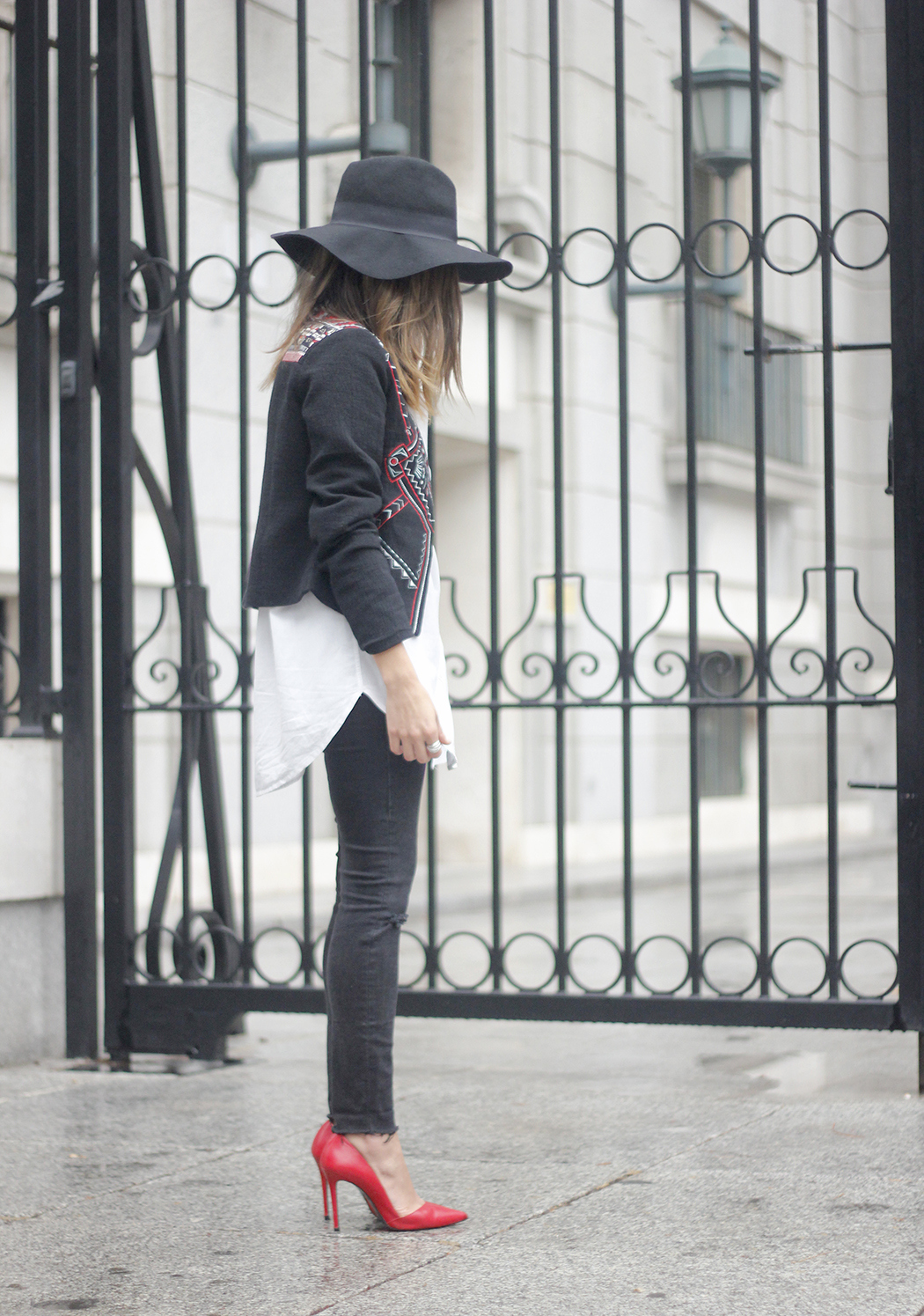 embroidered jacket black ripped jeans hat parfois red shoes outfit03