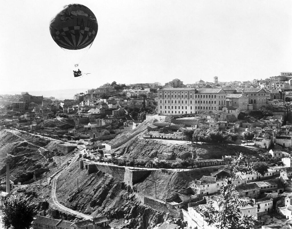 """El globo """"La Coquette"""" sobrevuela Toledo durante el rodaje de La Vuelta al Mundo en 80 días entre agosto y octubre de 1955"""