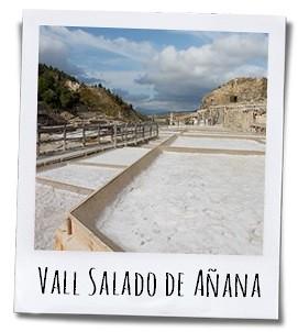 De witte vallei aan de rand van het dorp Gesaltza Añana in Baskenland