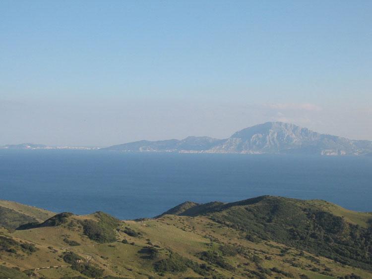 Vista_del_estrecho_de_Gibraltar_desde_el_Alto_del_Cabrito,_cerca_de_Tarifa1