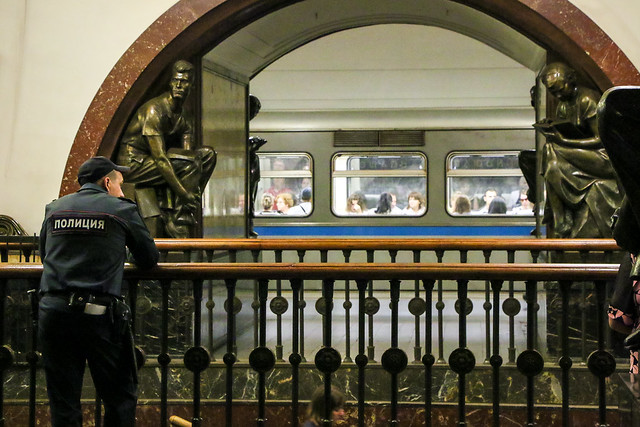 Platform of very famous Ploshchad Revolyutsii metro station, Moscow, Russia モスクワ、地下鉄プローシャチ・レヴォリューツィ駅のプラットホーム