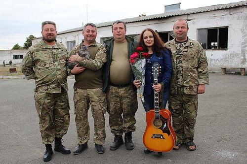 Співає для військовиків