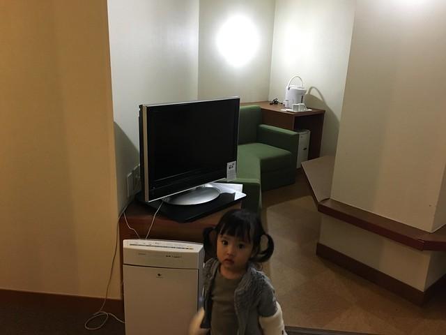 房間中間有根大柱子,還有電視、有加濕功能的空氣清淨機、熱水瓶、小冰箱、沙發@克里歐法庭博多飯店Clio Court Hakata Hotel, 日本九州福岡(FUKUOKA / HAKATA)