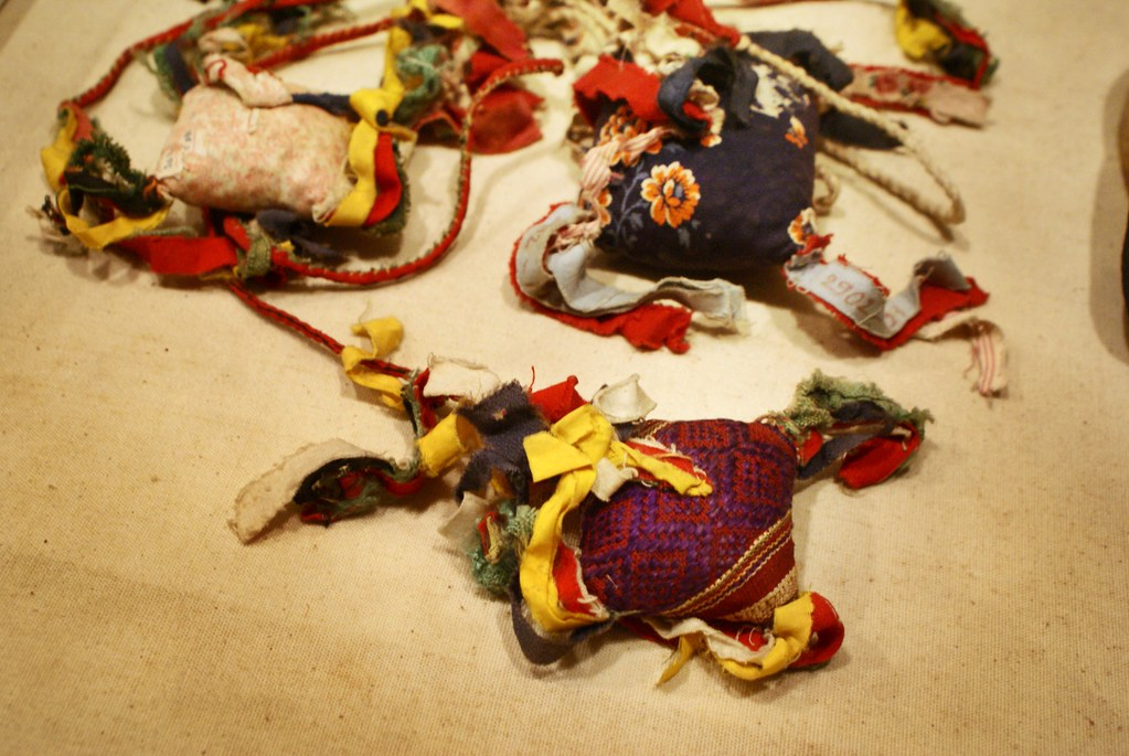 Boule d'étoffes de l'ethnie Thay au musée des beaux arts d'Hanoi au Vietnam.