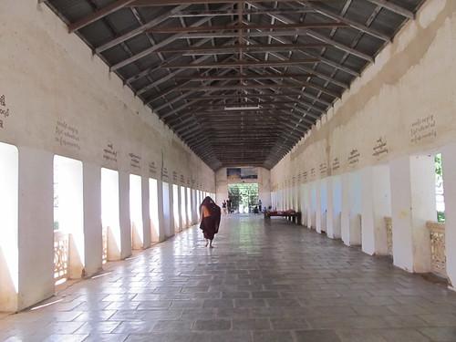 Nyaung U: un moine à la pagode Shwezingon Paya