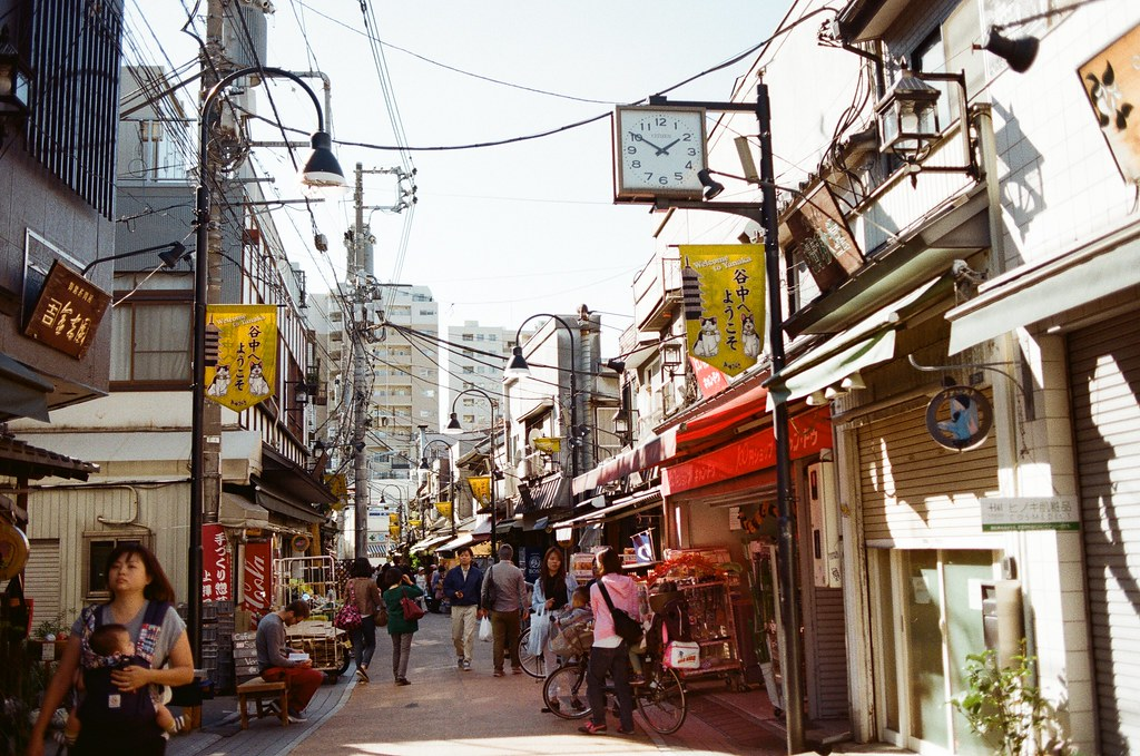 谷中銀座 日暮里 東京 Tokyo 2015/10/08 離開在東京荒川住的地方準備去成田機場回台灣,沿途經過日暮里,就到旁邊的谷中銀座走走。  應該不需要說,這裡來過,我只是想把這段記憶再走一遍。  我從與當初相反的方向走,回憶就剛好用倒轉的方式進行。  最後找到一間民宅,不小心被妳發現我在注意妳的腳步。  Nikon FM2 Kodak ColorPlus ISO200 Nikon AI AF Nikkor 35mm F/2D 1003-0024 Photo by Toomore