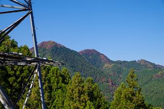 送電鉄塔建設中の伐採尾根から伊豆ヶ岳と古御岳を臨む